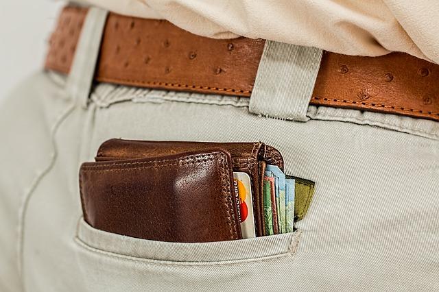 wypchany portfel w kieszeni