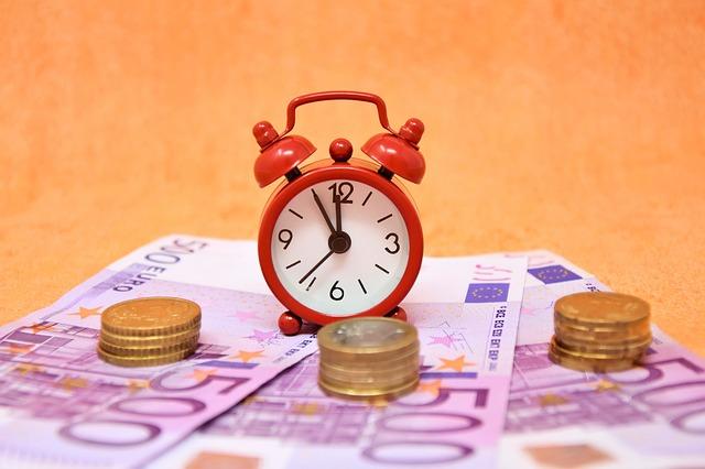 Pożyczka czy kredyt? Co wybrać kiedy szybko potrzebujesz gotówki?